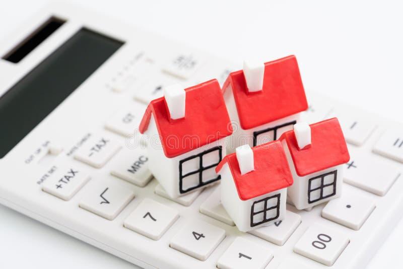 Hauskostenberechnung, Hypothek und Preiskonzept der Wohnungsbaudarlehen- oder Immobilien, Gruppe Miniaturhäuser mit rotem Dach au stockfotografie