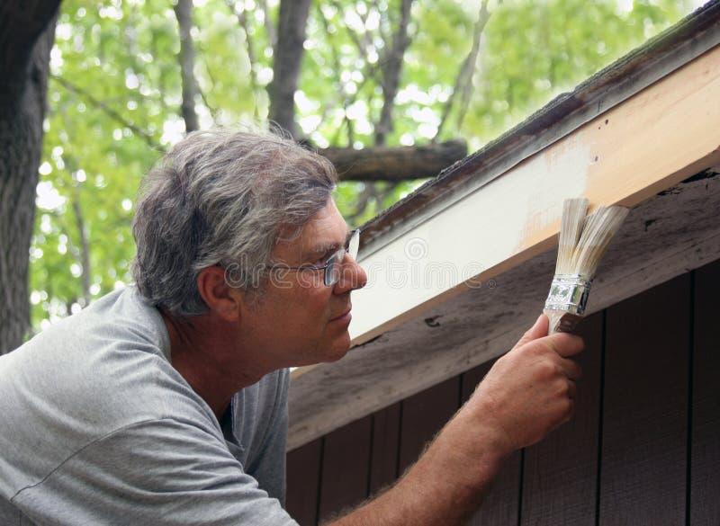 Hausmaler, der auf Lack aufträgt lizenzfreies stockfoto
