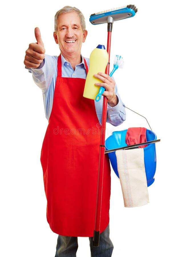 Hausmann som gör vårlokalvården, håller upp hans tummar arkivfoto