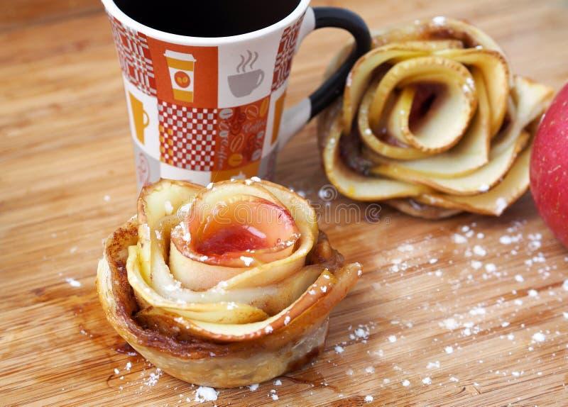 """Hausmannskost †""""Rose-förmige Apfelkuchen lizenzfreie stockbilder"""