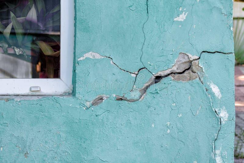 Hausmauer mit einem Sprung, das Haus zerstörend lizenzfreies stockbild
