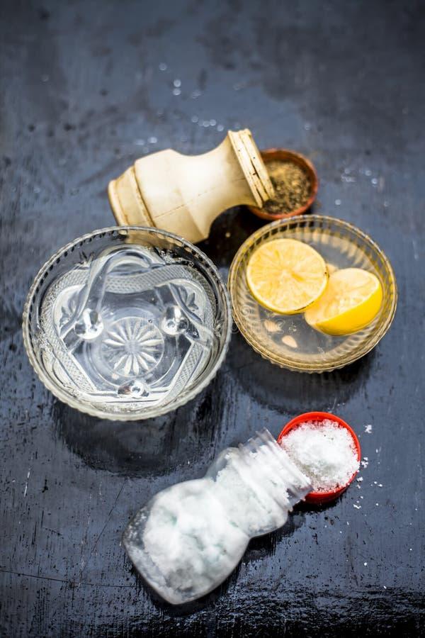 Hausmittel f?r Halsschmerzen: Zitronensaft mit der Latte und schwarzem Pfeffer, zum des Wassers zu w?rmen stockfoto