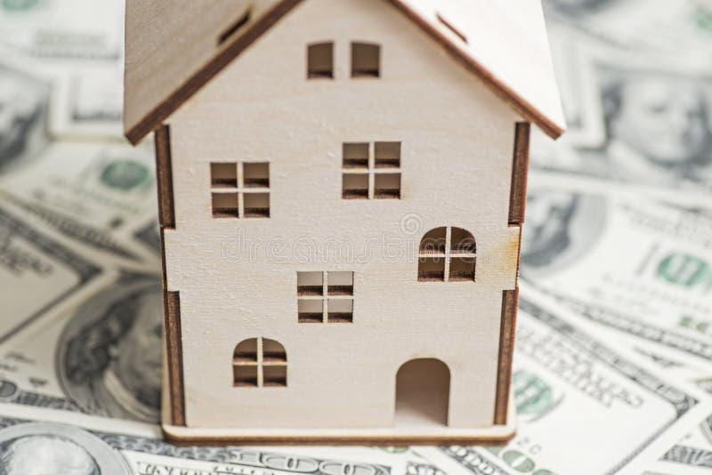 Hausmodell auf Hintergrund von U S Hundert Dollarscheine Eigentums-Investition, Wohnungsbaudarlehen, Haushypothek, Immobilienkonz stockfotografie