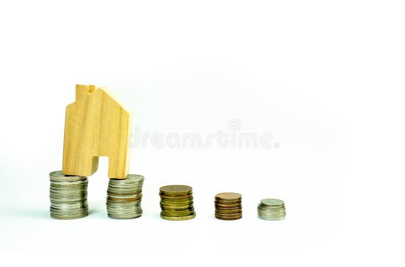 Hausmodell auf Münzenstapeleinsparung für Konzept mit lokalisiert auf weißem Hintergrund Konzept für Eigentumsleiter, -hypothek u lizenzfreie stockfotos
