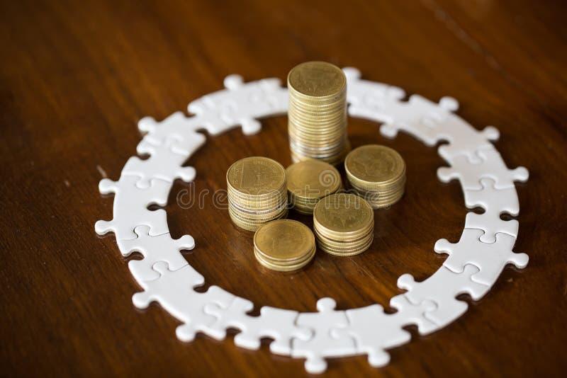 Hausmodell auf Stapelmünzen Puzzle, Rettungsgeld und Eigentum Managementkonzept lizenzfreies stockbild