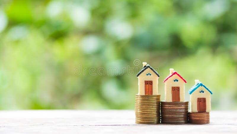 Hausmodell und -Münzgeld auf Tabelle stockbilder