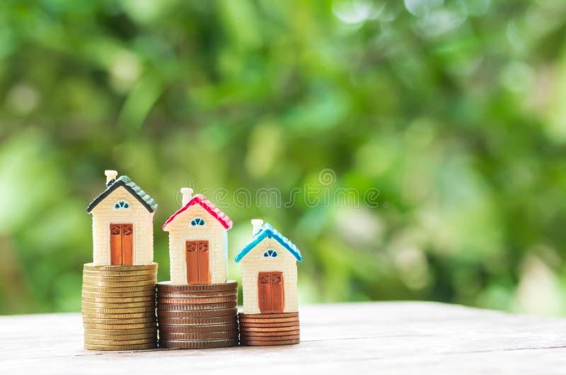 Hausmodell und -Münzgeld auf Tabelle stockfotografie
