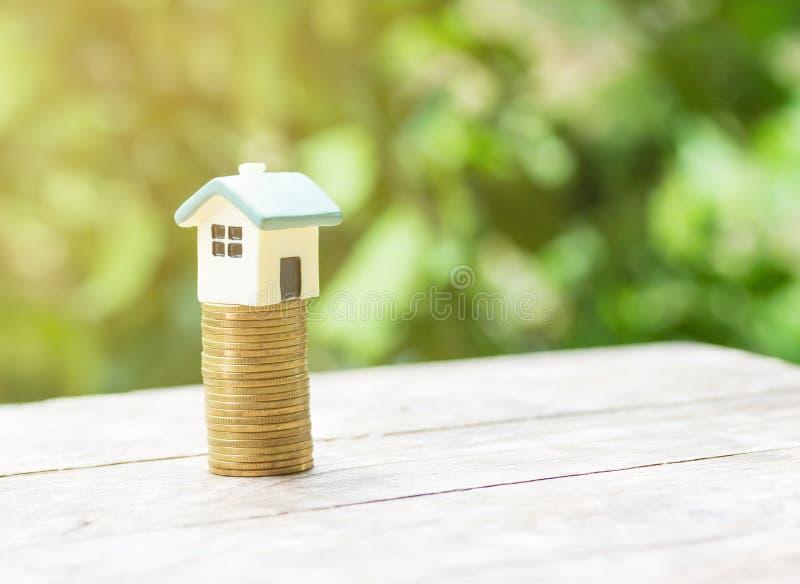 Hausmodell und -Münzgeld auf Tabelle lizenzfreie stockfotos