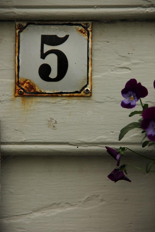 Hausnummer 5 lizenzfreie stockfotos