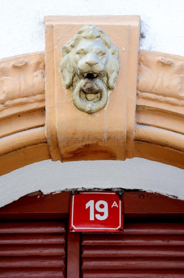 Hausnummer 19 auf einer roten Platte lizenzfreies stockbild