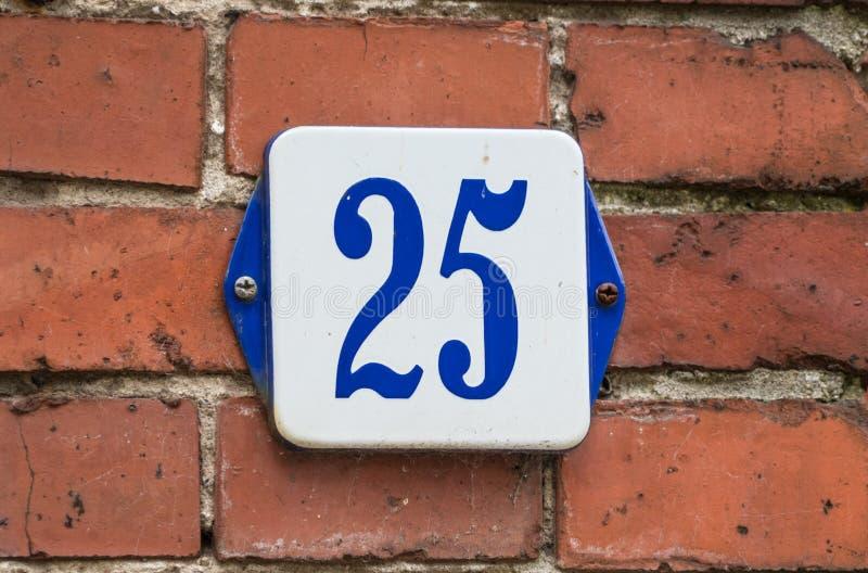 Hausnummer 25 blau und weiß auf traditioneller Wand lizenzfreie stockfotografie