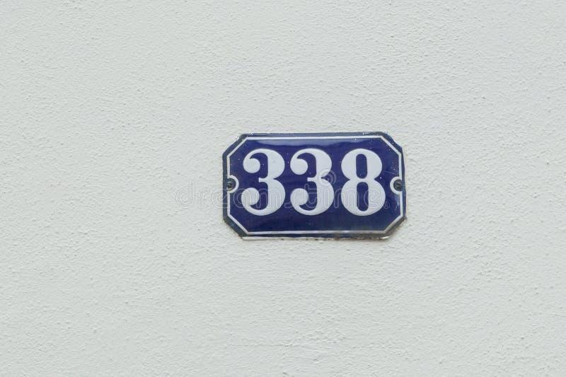 Hausnummer 338 an der Wand lizenzfreie stockbilder