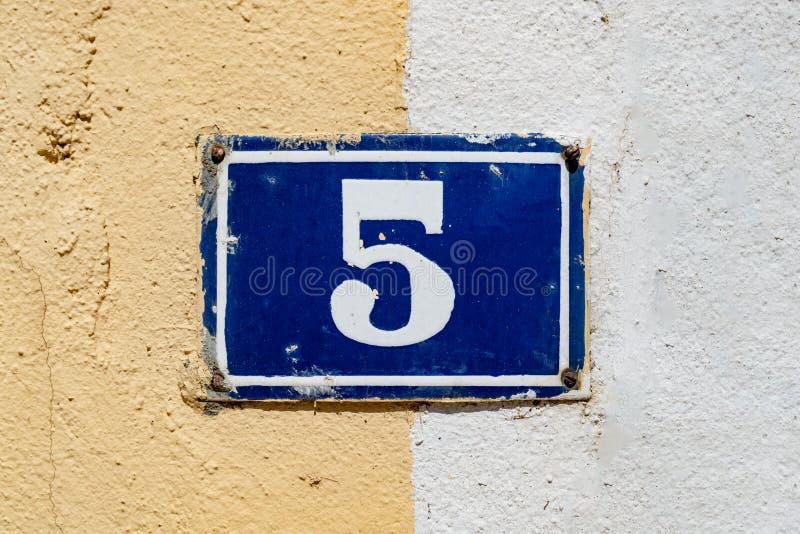 Hausnummer 5 lizenzfreie stockbilder