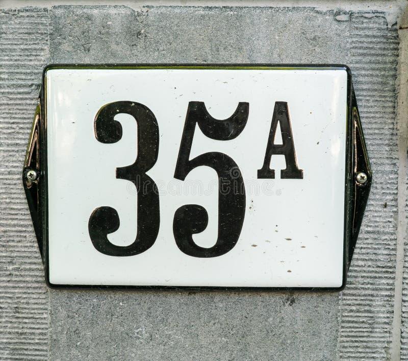 Hausnummer 35A fünfunddreißig A, schwarze Zahlen auf einer weißen Platte w lizenzfreie stockfotos