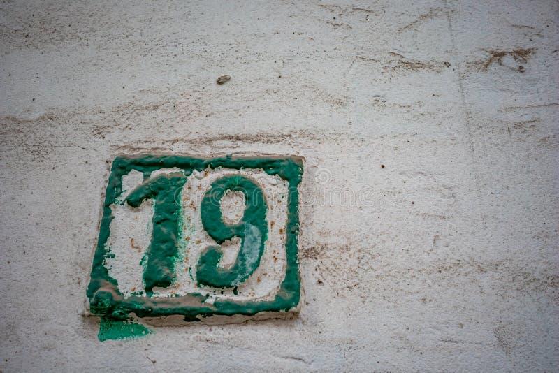 Hausnummer 19, neunzehn auf keramischem Hintergrund lizenzfreie stockfotografie