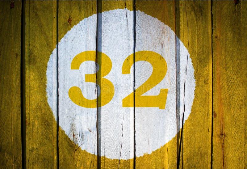 Hausnummer oder Kalendertag im weißen Kreis auf gelbem getontem wo lizenzfreies stockbild