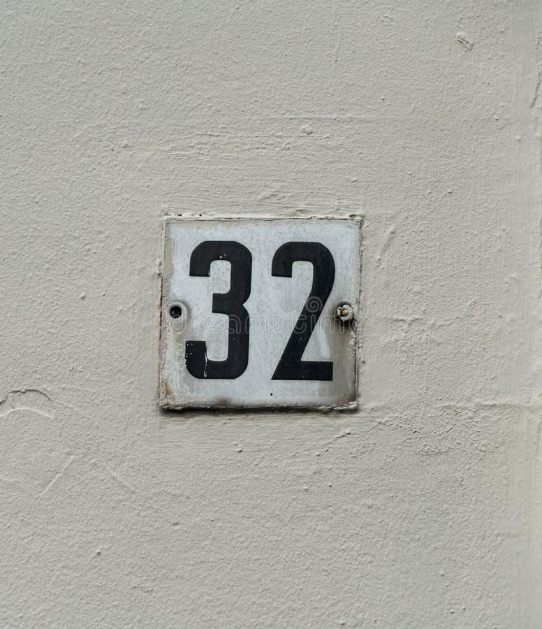 Hausnummer zweiunddreißig 32 lizenzfreie stockbilder