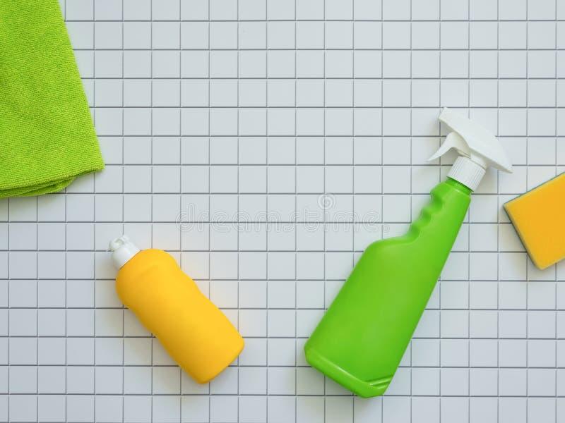 Hausreinigungsprodukte auf weißem Mosaikhintergrund mit Kopienraum Hygiene- und Sauberkeitskonzept lizenzfreie stockbilder