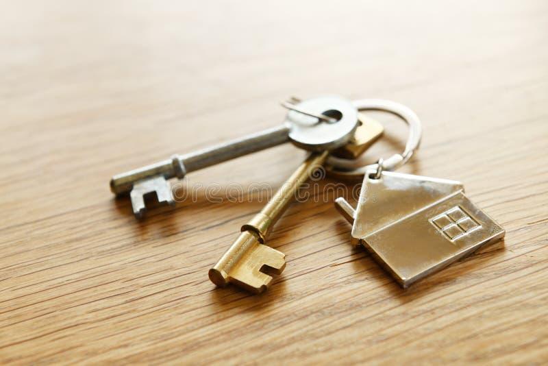 Hausschlüssel auf einer Tabelle lizenzfreie stockfotografie