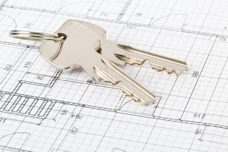 Hausschlüssel auf Hausarchitekturplan - Hauseigentümer, Immobilien oder Wohnungsbaukonzept lizenzfreies stockfoto
