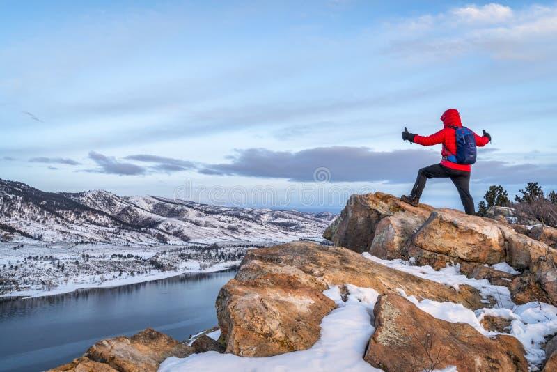 Hausse à l'aube au-dessus du lac congelé de montagne image libre de droits