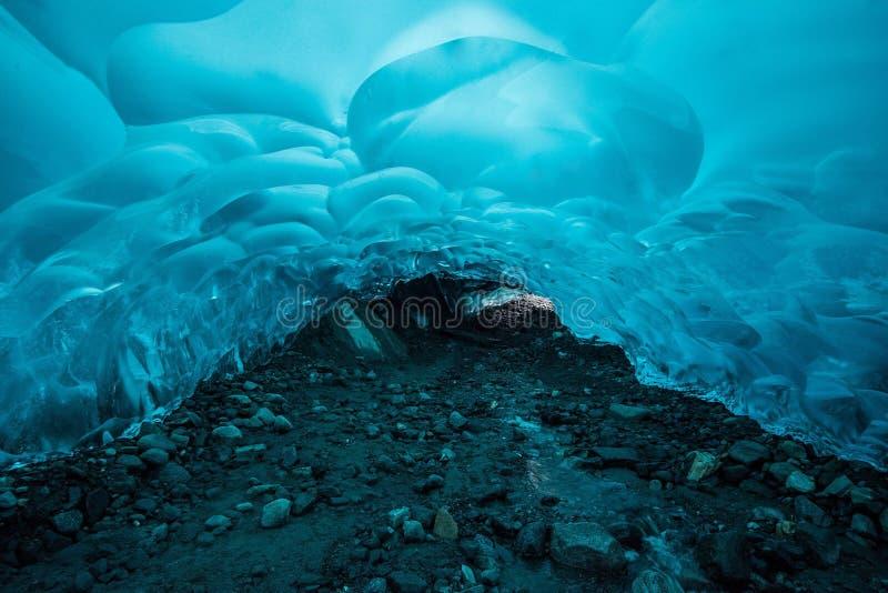 Hausse à l'intérieur d'une caverne de glace à distance en Alaska image stock