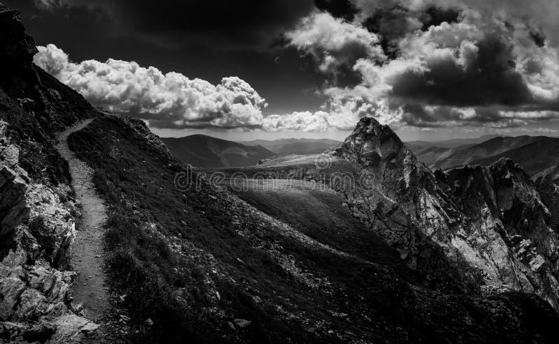 Hausse au-dessus des arêtes de la Transylvanie photos stock