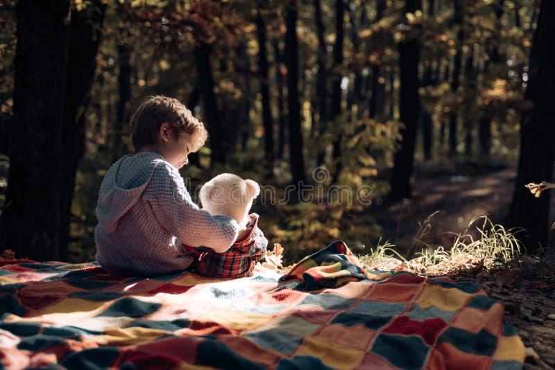 Hausse avec le jouet Peu touriste ins?parable avec le jouet L'enfant a pris le jouet pr?f?r? ? la nature Explorez la nature ensem photo stock