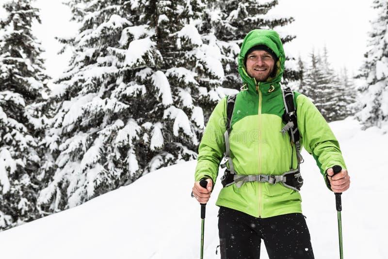 Hausse d'hiver en bois neigeux blancs, hausse d'homme images libres de droits