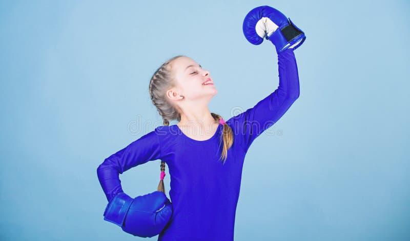 Hausse de boxeurs de femmes Attitudes femelles de changement de boxeur dans le sport Gratuit et s?r Boxeur mignon de fille sur le photographie stock libre de droits