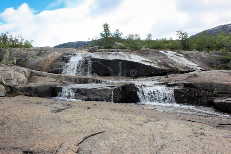 Hausse de cascades et de Trolltunga - Norvège photographie stock