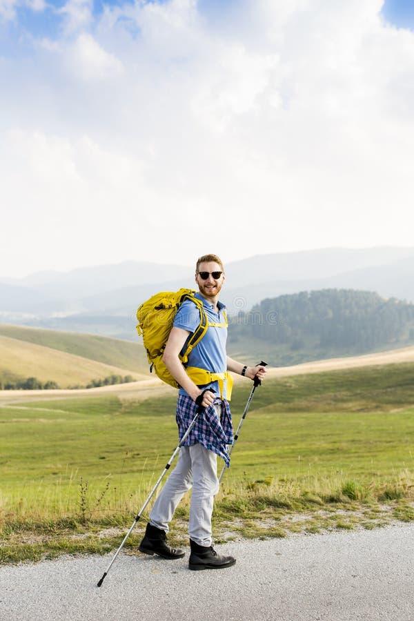 Download Hausse de jeune homme image stock. Image du sport, vacances - 77154341