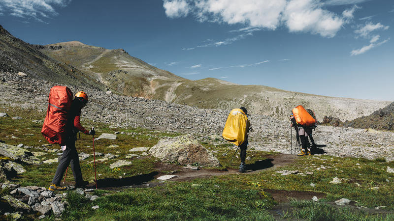 Hausse de l'équipe en montagnes d'été Concept de mode de vie d'expérience de destination de voyage images libres de droits