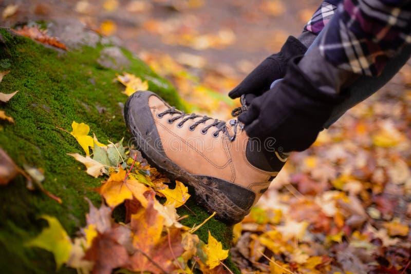 Hausse de la botte dans des feuilles d'automne photos libres de droits