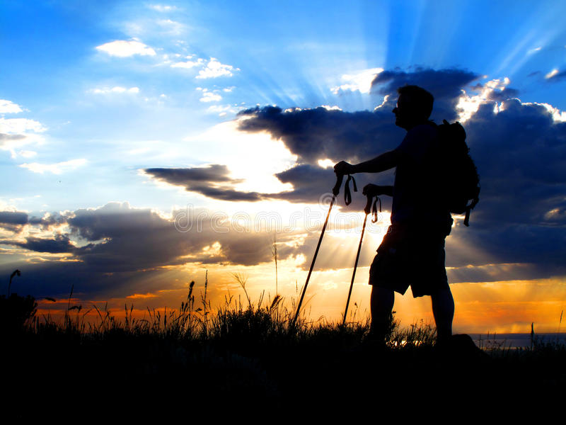 Hausse de la silhouette de coucher du soleil image stock