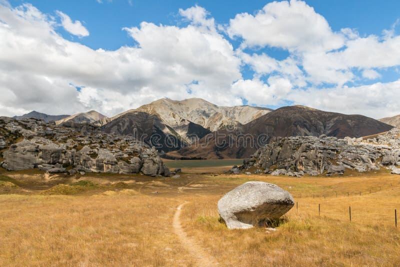 Hausse de la voie menant à la formation de roche de colline de château, le Nouvelle-Zélande photo stock