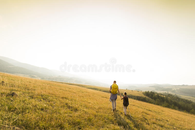 Download Hausse De Père De Descendant Image stock - Image du extérieur, montagne: 77153151