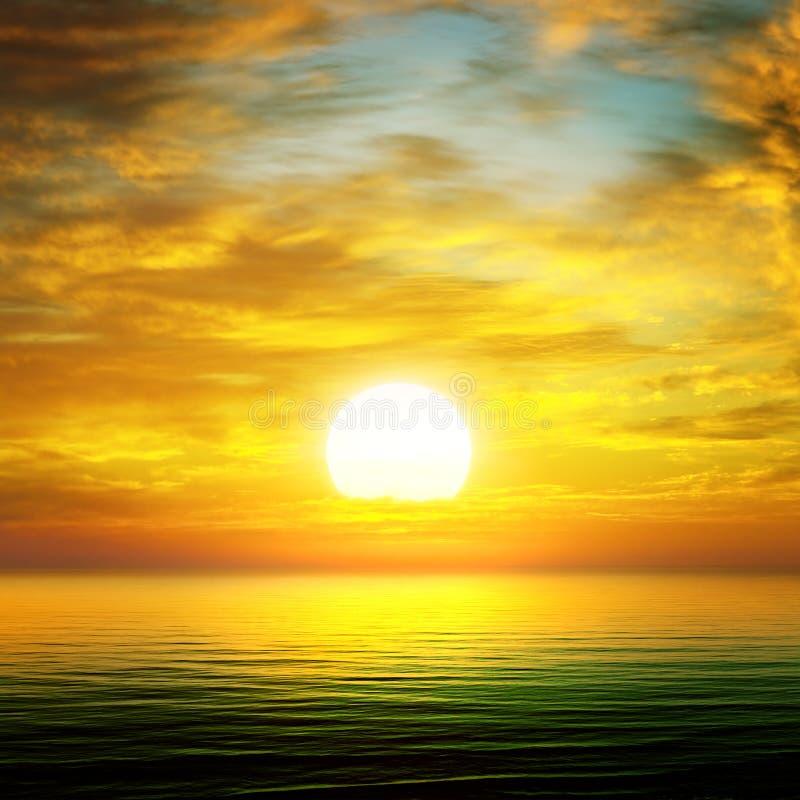 Lever de soleil au-dessus de la mer photographie stock libre de droits