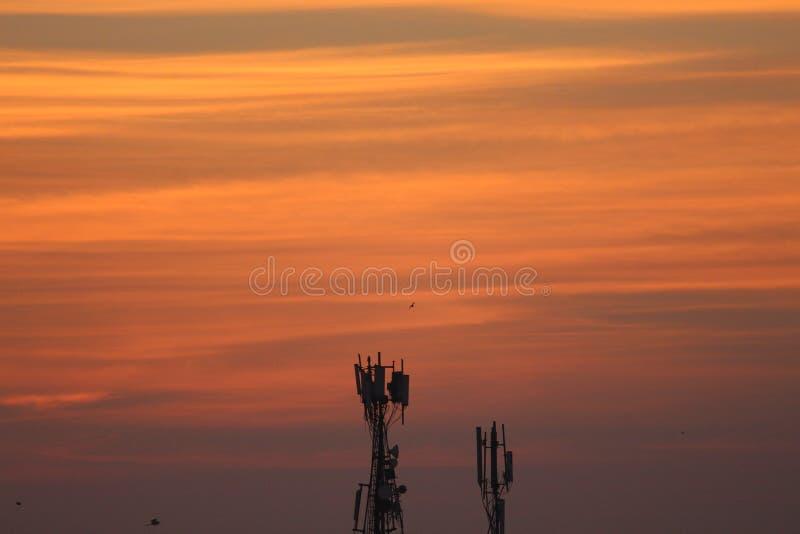 Hausse de Sun avec de beaux nuages de matin photo stock