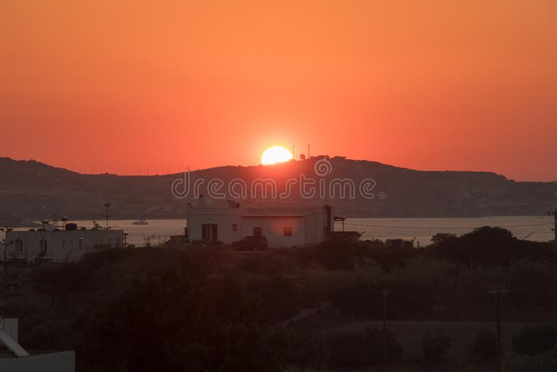 Hausse de Sun de village de Milos photographie stock libre de droits