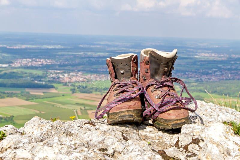 Hausse des bottes sur une montagne images libres de droits
