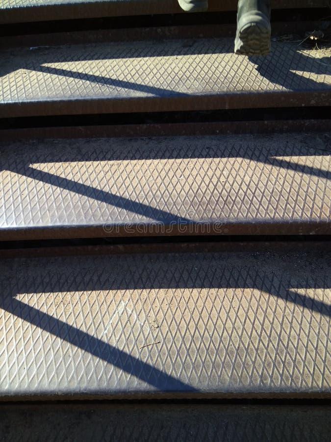 Hausse des escaliers en métal menant à la place d'ancre de la ville de Kronstadt photos libres de droits