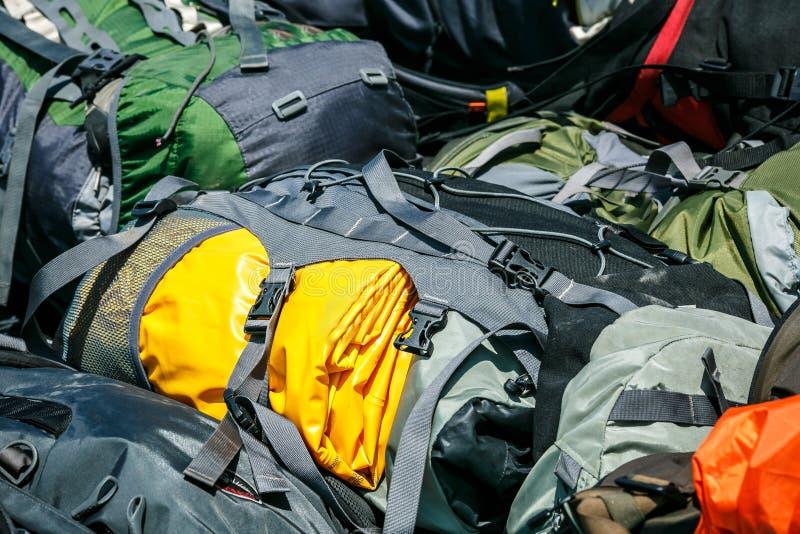 Hausse des sacs à dos dans un tas image stock