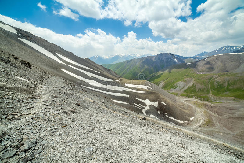 Hausse du chemin en hautes montagnes photos stock