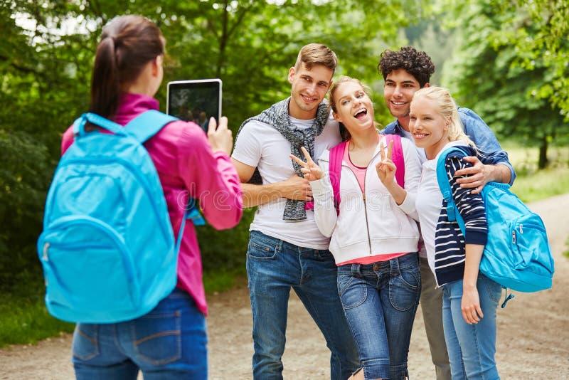 Hausse du groupe d'adolescents prenant la photographie photo stock