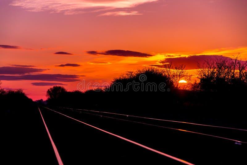 Hausse réglée de Sun aux voies de chemin de fer photographie stock libre de droits