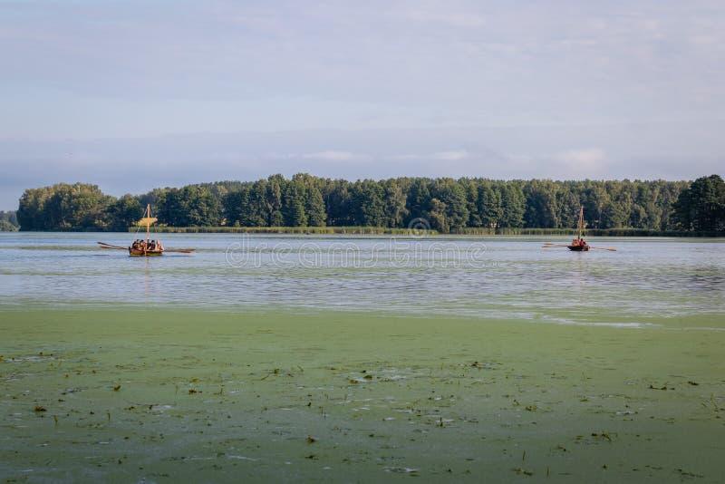 Hausse sur une navigation et bateau à rames sur le lac photographie stock