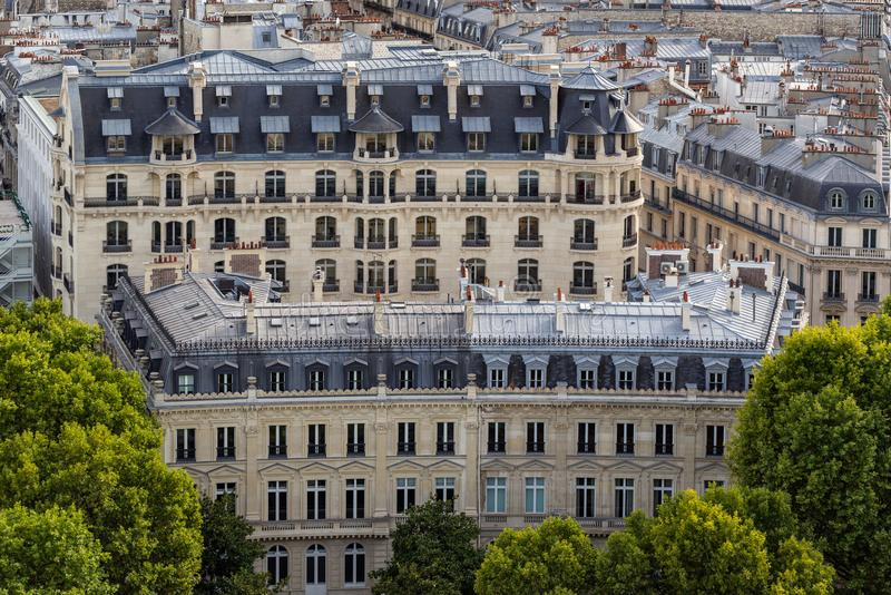 Haussmannian大厦门面和有双重斜坡屋顶的房屋的屋顶在夏天 巴黎 法国 库存图片