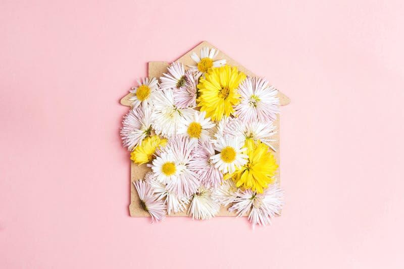 Haussymbol mit weißen Asterblumen auf einem rosa Hintergrund lizenzfreie stockbilder