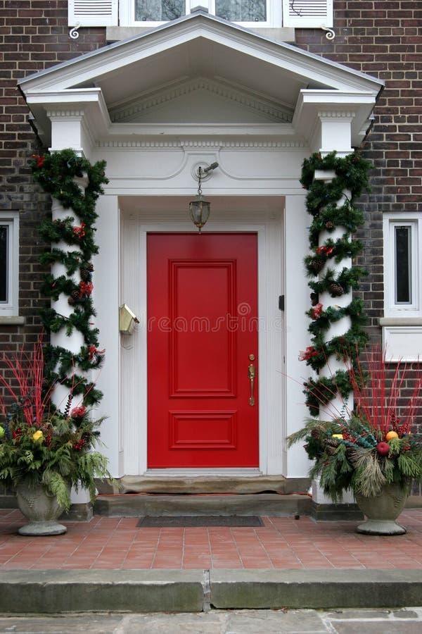 Haustür mit Weihnachtsdekorationen lizenzfreie stockbilder